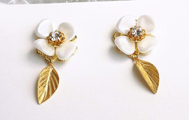 白いお花とゆれるゴールドリーフピアス / イヤリングの画像1枚目