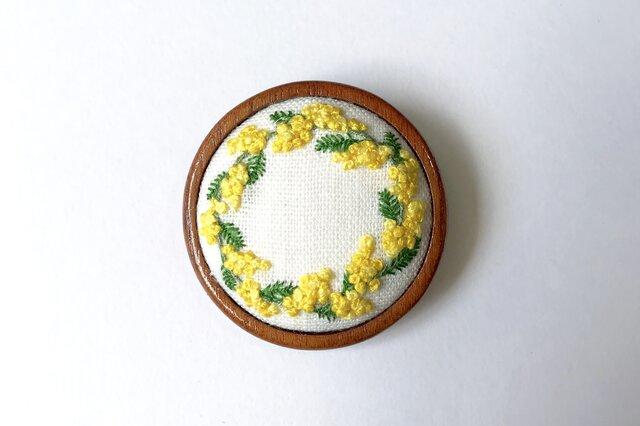 ミモザのリース 木枠の刺繍ブローチの画像1枚目