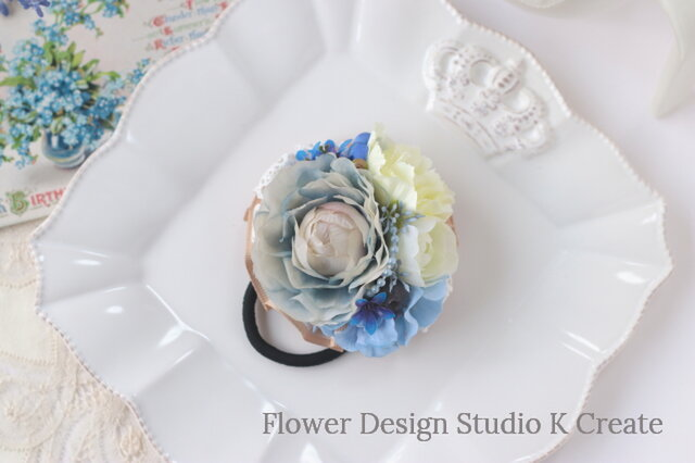 ダスティブルーのラナンキュラスとカーネーションのヘアゴム お花 ヘアゴム 髪飾り ヘアアクセサリー 水色 ブルーの画像1枚目