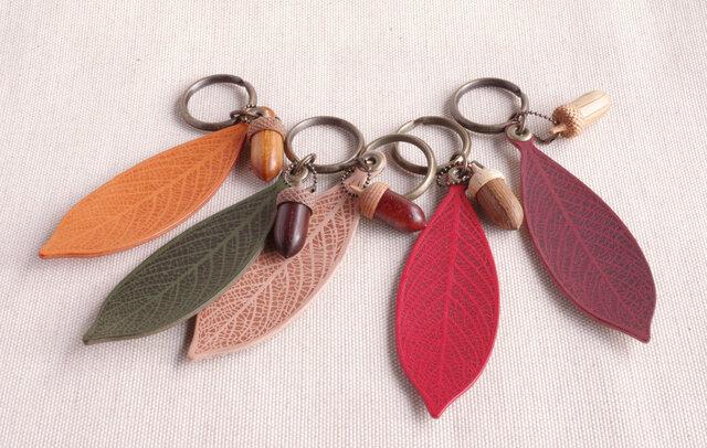 革の葉っぱと木彫どんぐりのキーホルダー(どんぐり Bタイプ)バリエーションありの画像1枚目