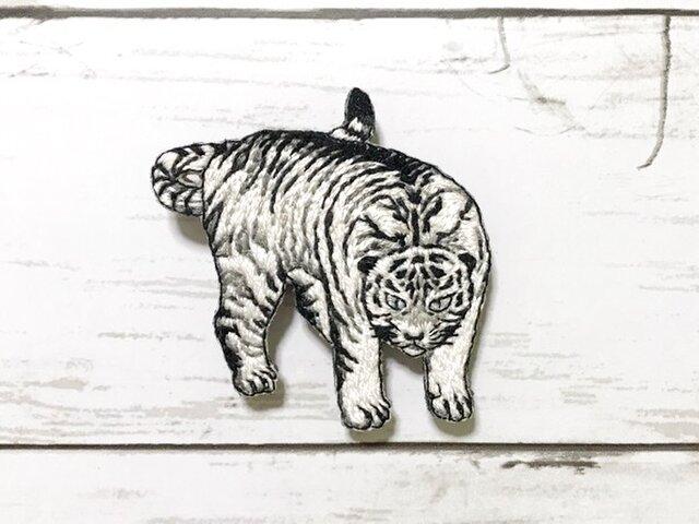 手刺繍日本画ブローチ*丸山応挙「遊虎図」の白虎の画像1枚目