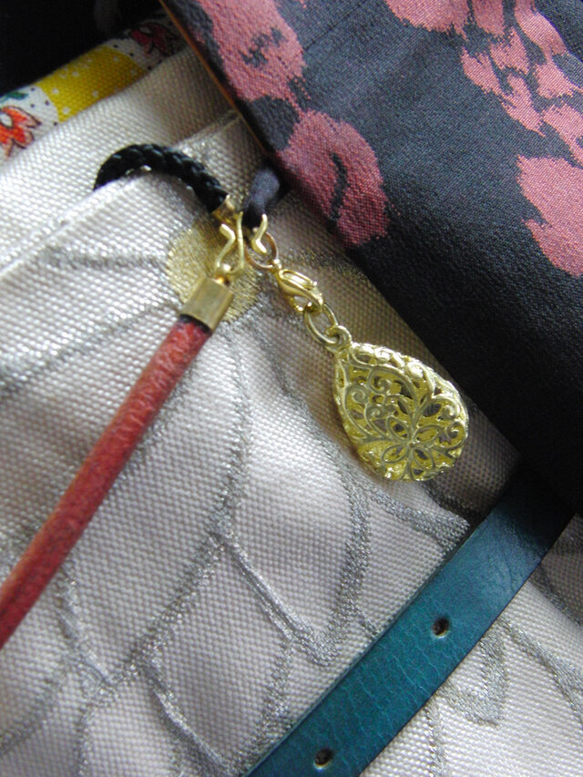真鍮ブラス製 型抜きしずく型根付ストラップ 着物や浴衣の帯飾り・かんざし・ネックレスパーツとしての画像1枚目
