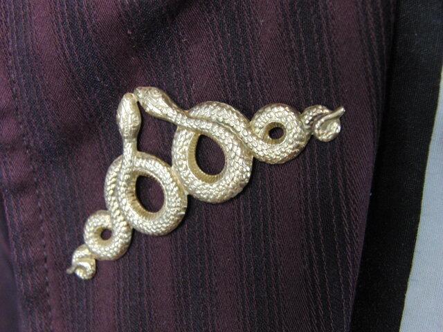 真鍮ブラス製 金の蛇/スネーク型ピンズブローチ 結婚式・成人式などシャツ・ジャケットや帽子・バッグのワンポイントにの画像1枚目