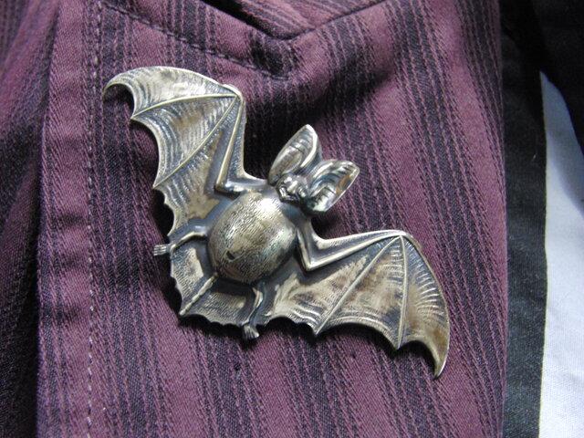 真鍮ブラス製 蝙蝠/コウモリ型ピンズブローチ 結婚式・成人式などシャツ・ジャケットや帽子・バッグのワンポイントにの画像1枚目