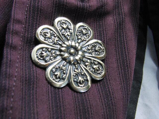 真鍮ブラス製 レトロな菊の家紋型ピンズブローチ 結婚式・成人式などシャツ・ジャケットや帽子・バッグのワンポイントにの画像1枚目