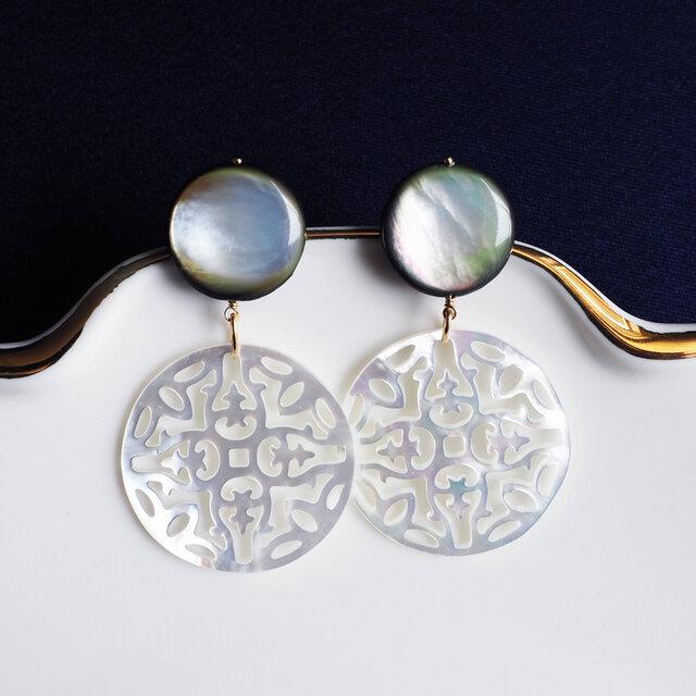 黒蝶貝のコインと白蝶貝の透かし細工のピアス ~Ireneの画像1枚目