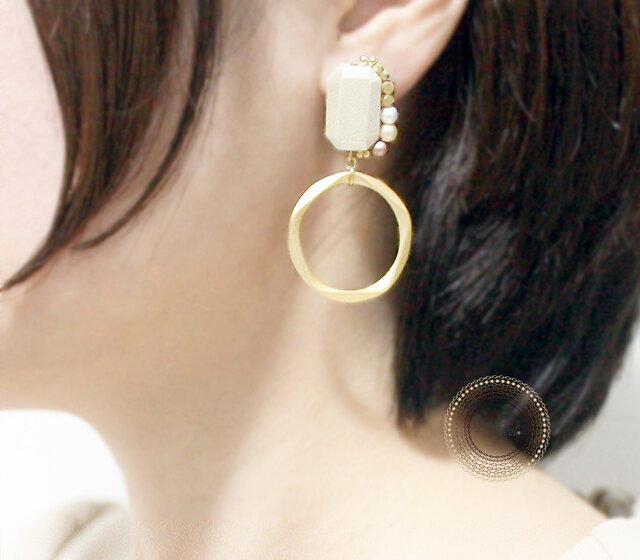 イヤリング[Gem shaped Wood pearl/Gold]の画像1枚目