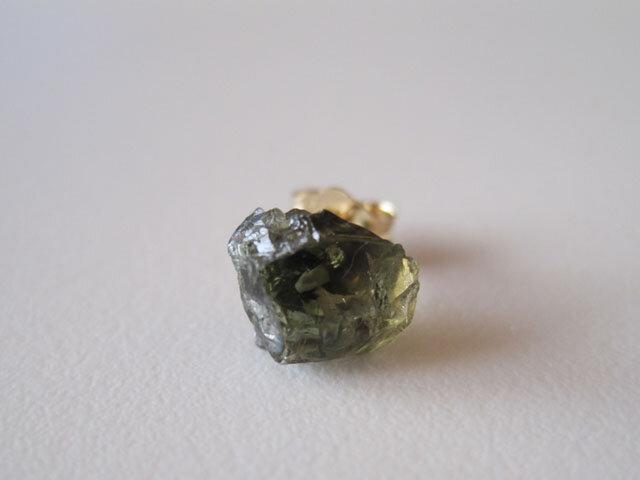コーネルピンの原石ピアス/Madagascar 14kgf 片耳の画像1枚目