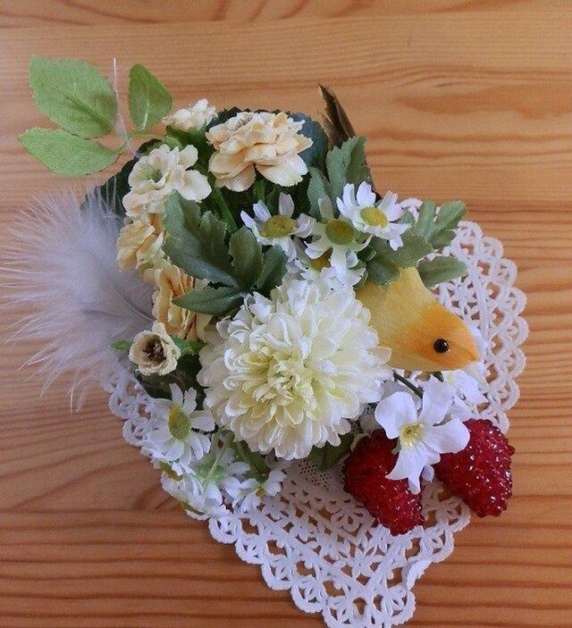 鳥がついばむイチゴとお花のコサージュの画像1枚目