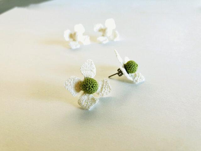 ヤマボウシのピアス/白色×緑色(かぎ針編み・レース糸)の画像1枚目