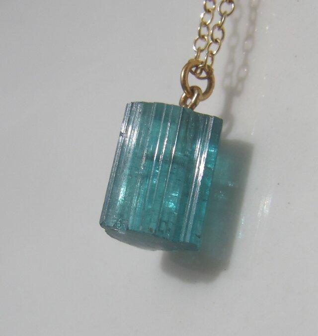 ブルーグリーントルマリン原石のネックレスの画像1枚目