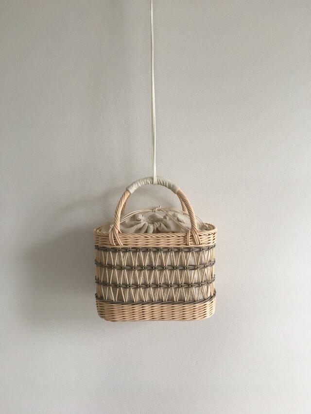 グレーの透かし編みカゴバッグの画像1枚目