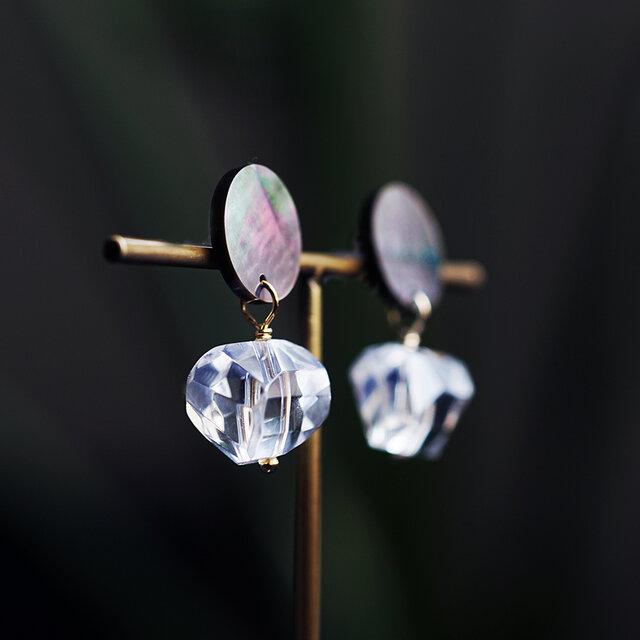 黒蝶貝のコインとラフカット水晶のゆらゆらピアス ~Benitaの画像1枚目