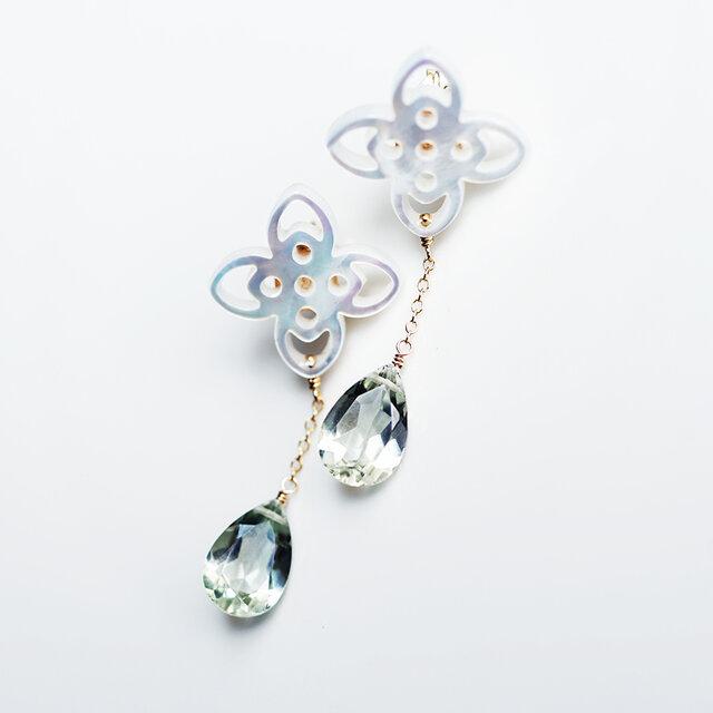 白蝶貝のお花透かし細工とグリーンアメジストのロングピアス ~Ynesの画像1枚目