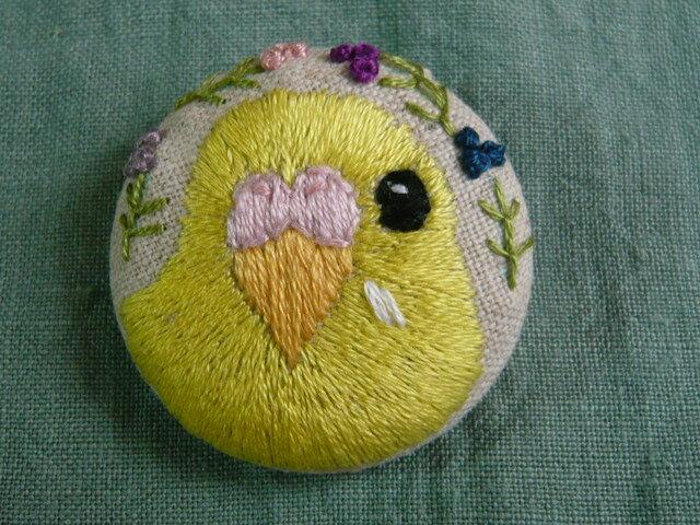 刺繍 セキセイインコ(イエローオパーリン) ブローチ くるみボタン 鳥の画像1枚目