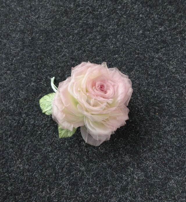 ちょっと色っぽい巻き薔薇 * シルクオーガンジー製 *コサージュの画像1枚目