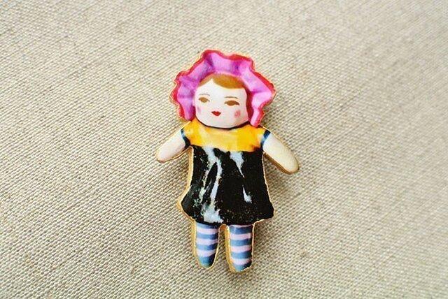 立ち尽くす文化人形らしきひとブローチの画像1枚目