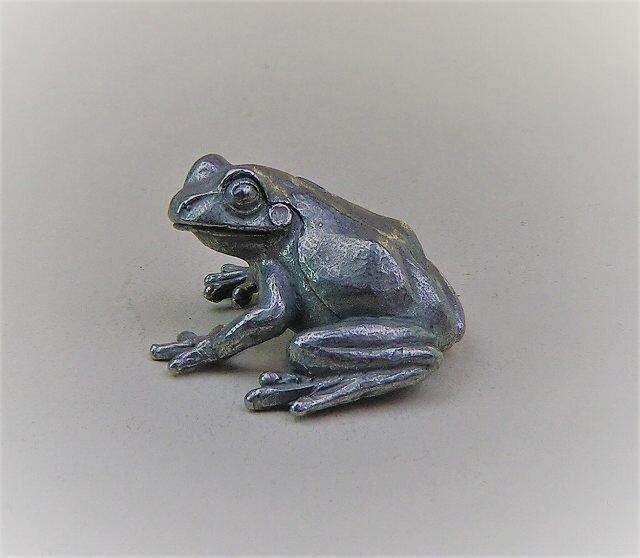 ふりむく蛙の画像1枚目