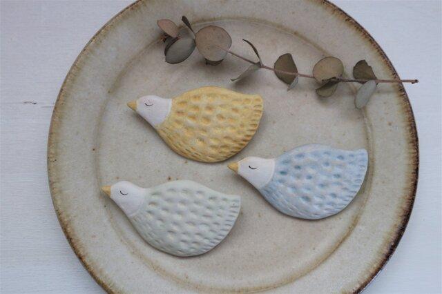 陶器で作った鳥のブローチ A( 黄色・空色・ミントグリーン )の画像1枚目