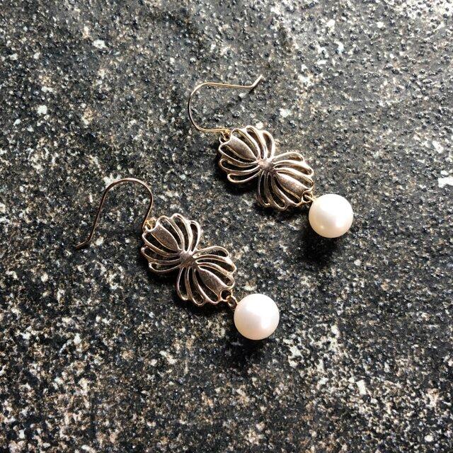 "Twin shell flower gold pierce ""小さな貝とパールのピアス""の画像1枚目"