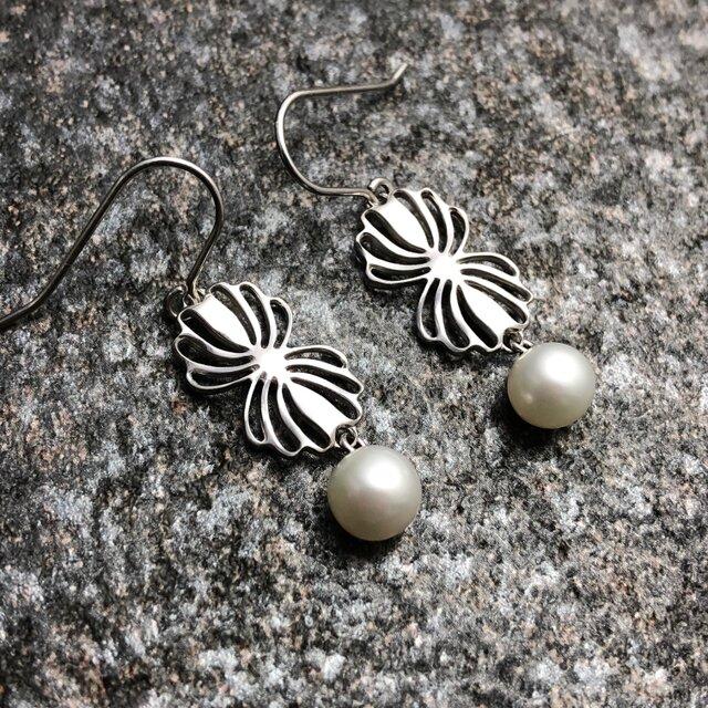 """Twin shell flower silver pierce """"小さな貝とパールのピアス""""の画像1枚目"""