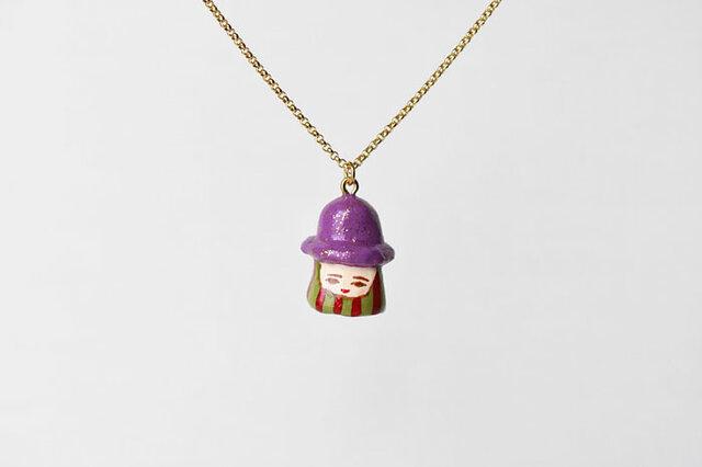 金ラメむらさき帽子のひとネックレスの画像1枚目