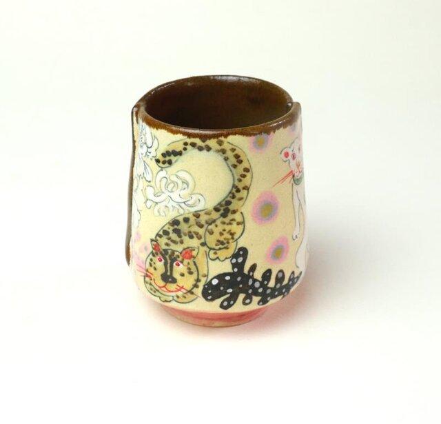 みんな仲良く、花と猫と虎の湯飲み/ 陶器/ カップ/ 色絵/ 陶芸家が作るユニークな器の画像1枚目
