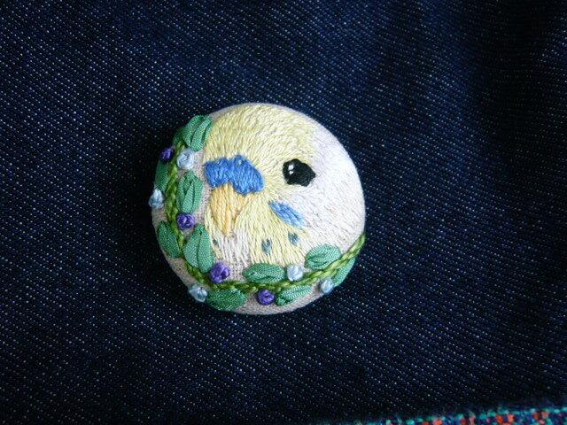 刺繍 セキセイインコ() ブローチ くるみボタン 鳥の画像1枚目