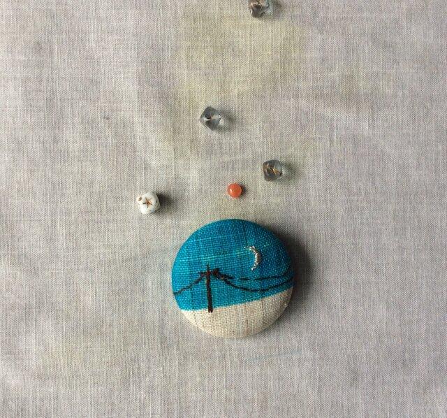 染色と刺しゅう 布ブローチ 「銀の月」の画像1枚目