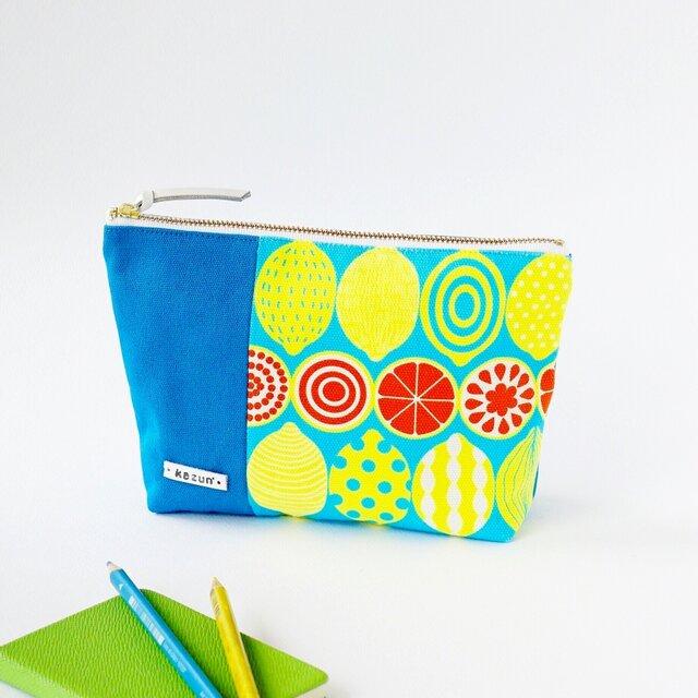 デザイナーズ生地で作ったレモン柄のマチ付きポーチ・本革使用(水色の帆布)の画像1枚目