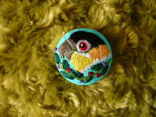 刺しゅう  ズグロシロハラインコ ブローチ くるみボタン 鳥の画像1枚目