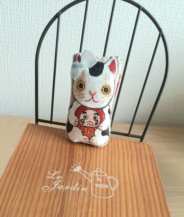 達磨さんを抱っこ招き猫(兄ちゃん猫)の画像1枚目