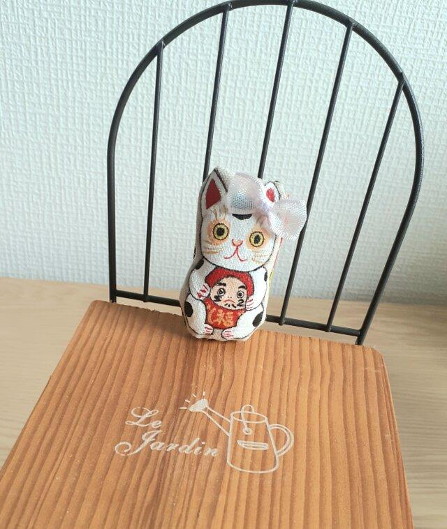 達磨さんを抱っこ招き猫(弟猫)の画像1枚目