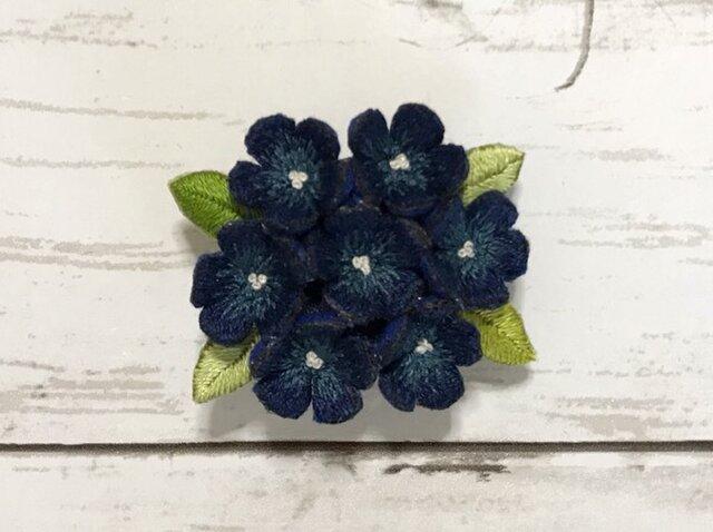 小花の手刺繍ブローチ(紺色)の画像1枚目