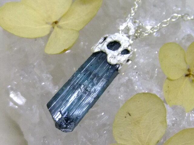 インディゴライト原石*lace pendantの画像1枚目