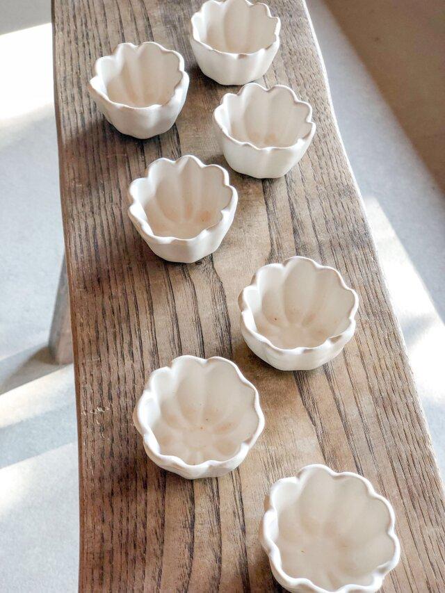 白釉 花のかたちの豆鉢の画像1枚目