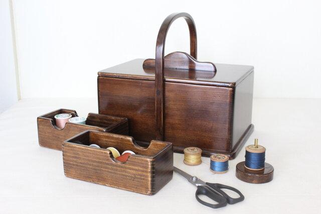 趣味の道具箱がインテリアに‼収納を綺麗に見せるアンティーク仕上げの 『ふた付きソーイングボックス』No.1952の画像1枚目