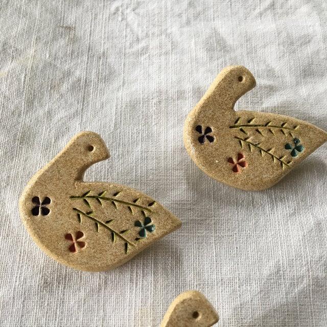 【オーブン粘土】見返り花鳥ブローチの画像1枚目
