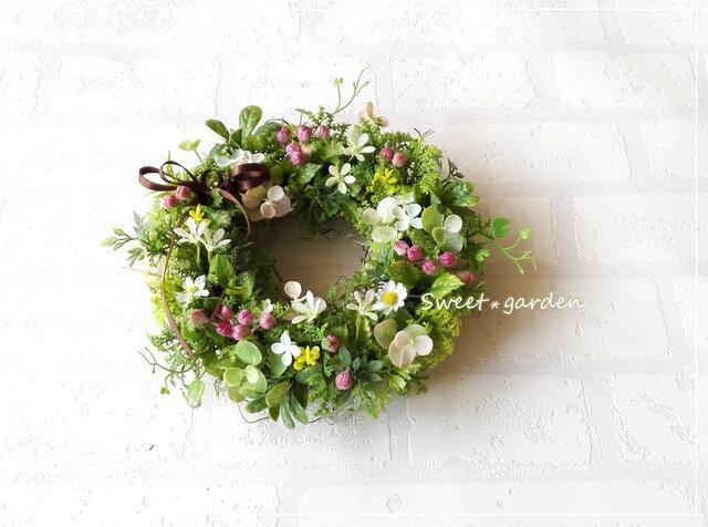 ピンクのベリーと白い小花のミニリース(fw129)*玄関ドアなど外にも飾れるアーティフィシャルリースの画像1枚目