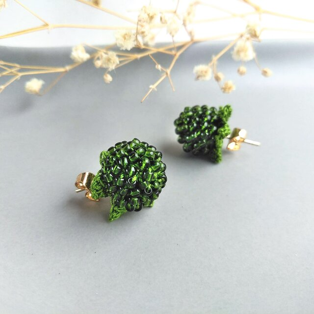 山野草のピアス -wild strawberry- [forest green]の画像1枚目