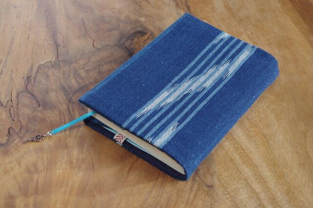 藍色手織り しまと絣ブックカバー⑦ 栞+鍵のチャーム付き 文庫本サイズ(調整できます) の画像1枚目