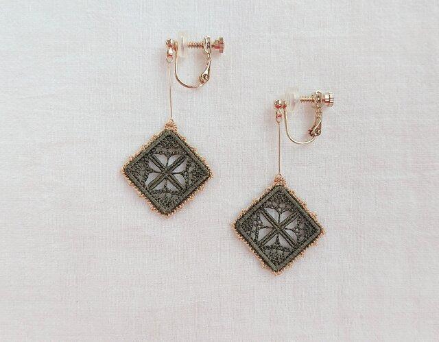 絹糸刺繍 HEDEBOステッチのイヤリング※ピアス変更可の画像1枚目