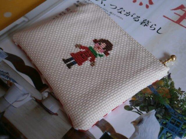 赤いコートの女の子の刺しゅうのポーチ ~小さめ~の画像1枚目