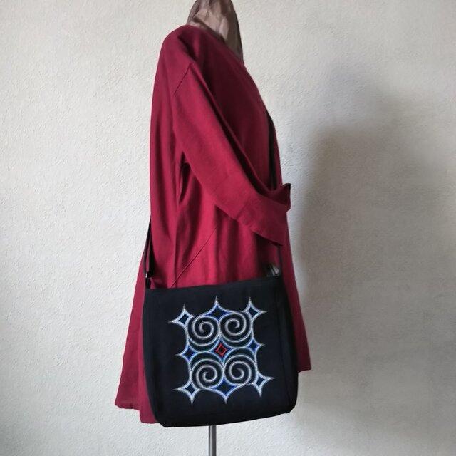 アイヌ刺繍入りショルダーバッグ(黒/銀色イメージ刺繍)の画像1枚目