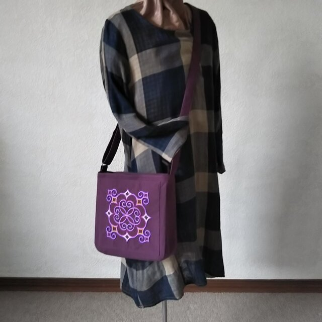 アイヌ刺繍入りショルダーバッグ(紫)の画像1枚目