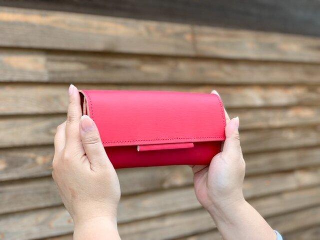 ▲OVER 母に感謝、カーネーション色「オーバーフラップ 長財布」見通しの良いヌメ革(OFW–RRR–RRR–R)の画像1枚目