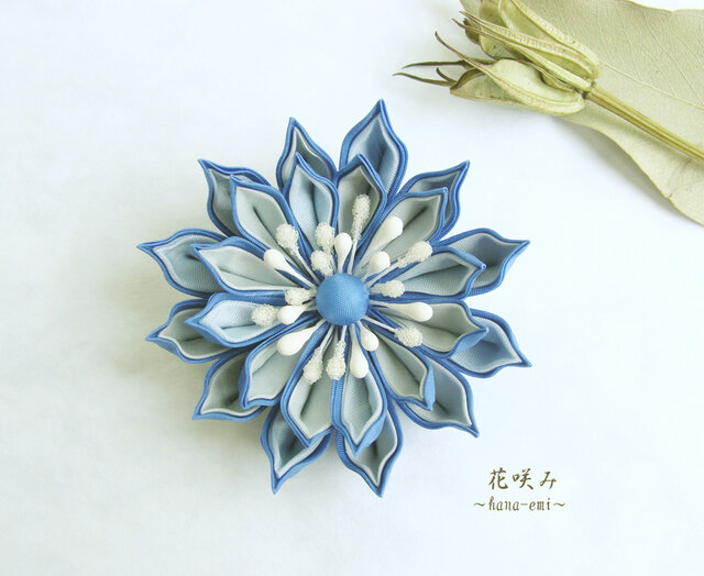 つまみ細工 空色の花コサージュの画像1枚目