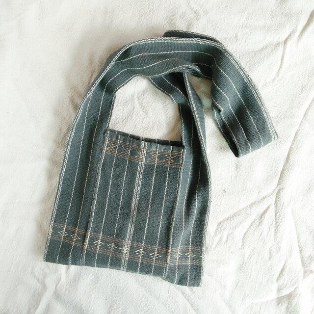 カレン族のショルダーバッグM 藍グレー(送料無料、草木染め、手織り、手縫い)の画像1枚目