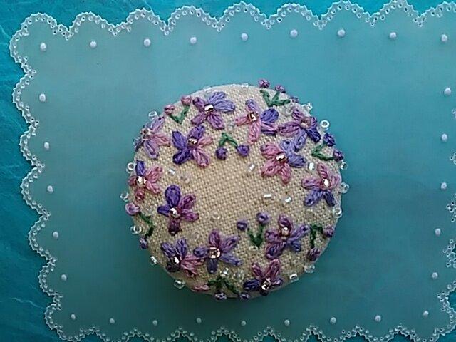 ビーズ付き刺繍ブローチ (すみれ色)の画像1枚目