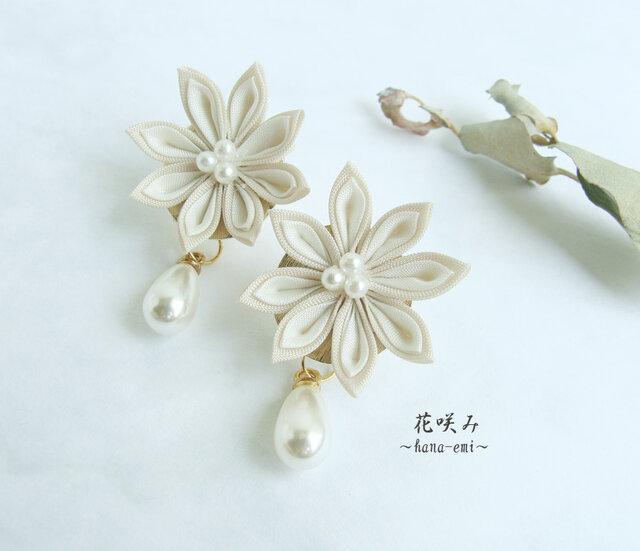 つまみ細工 お花としずくパールのイヤリング 白 /ピアスの画像1枚目
